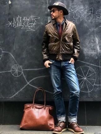 Comment porter une chemise de ville en chambray bleue: Pense à marier une chemise de ville en chambray bleue avec un jean bleu pour créer un look chic et décontracté. Cette tenue se complète parfaitement avec une paire de des bottes de loisirs en cuir bordeaux.