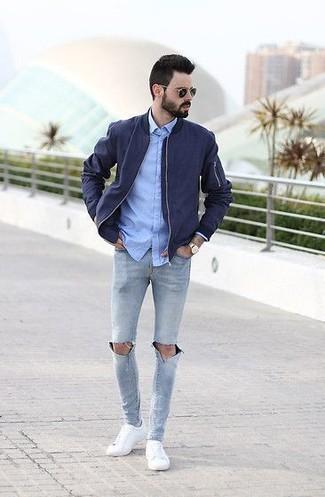 Comment porter: blouson aviateur bleu marine, chemise de ville en chambray bleu clair, jean skinny déchiré gris, baskets basses blanches