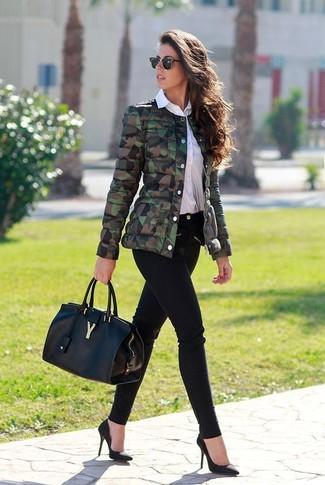 Comment porter: blouson aviateur camouflage olive, chemise de ville blanche, jean skinny noir, escarpins en daim noirs