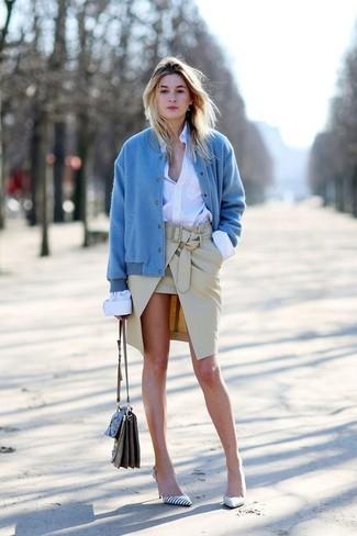 Comment porter: blouson aviateur bleu, chemise de ville blanche, jupe crayon beige, escarpins en cuir à rayures horizontales blancs et noirs