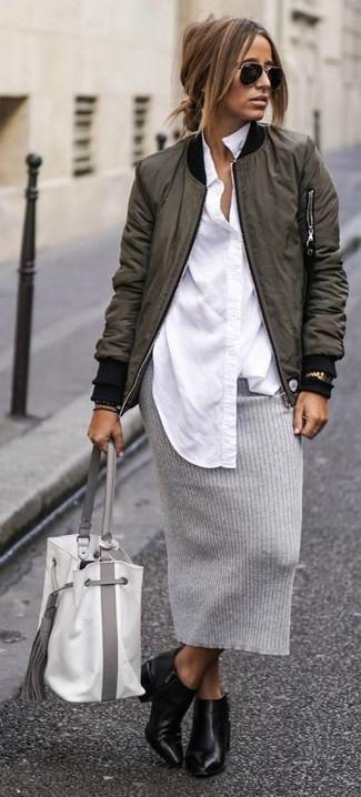 Comment porter: blouson aviateur olive, chemise de ville blanche, jupe crayon en tricot grise, bottines en cuir noires