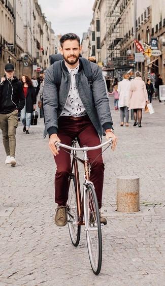 Comment porter: blouson aviateur gris, chemise de ville imprimée blanche, pantalon chino bordeaux, baskets basses en cuir marron