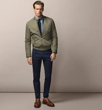 Comment porter: blouson aviateur olive, chemise de ville en chambray bleu clair, pantalon chino bleu marine, double monks en cuir marron