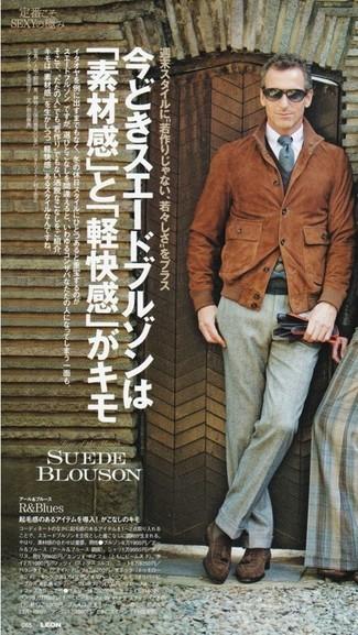 Comment porter: blouson aviateur en daim tabac, chemise de ville blanche, pantalon de costume en laine gris, mocassins à pampilles en daim marron foncé