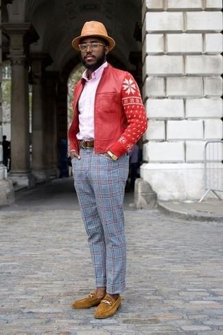 Comment porter: blouson aviateur en cuir rouge, chemise de ville rose, pantalon de costume écossais bleu clair, slippers en daim moutarde