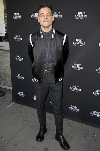 Tenue de Rami Malek: Blouson aviateur en satin noir, Chemise de ville imprimée noire, Pantalon de costume noir, Bottes habillées en cuir noires