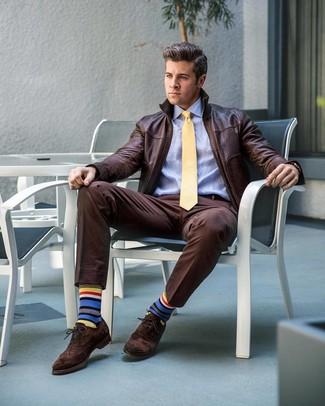 Comment porter: blouson aviateur en cuir marron foncé, chemise de ville bleu clair, pantalon de costume marron foncé, chaussures brogues en daim marron foncé