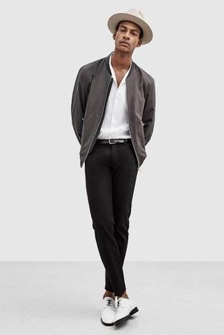 Comment porter: blouson aviateur gris foncé, chemise de ville blanche, pantalon de costume noir, chaussures derby en cuir blanches