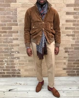 Comment porter: blouson aviateur en daim marron, chemise de ville blanche, pantalon de costume beige, mocassins à pampilles en daim marron