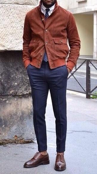 Comment porter: blouson aviateur en daim tabac, chemise de ville blanche, pantalon de costume bleu marine, chaussures derby en cuir marron foncé