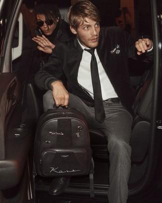 Comment porter: blouson aviateur en velours noir, chemise de ville blanche, pantalon de costume en laine gris foncé, bottines chelsea en cuir noires