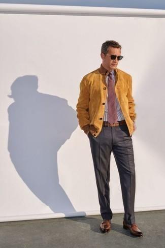 Comment porter des lunettes de soleil noires: Un blouson aviateur en daim marron clair et des lunettes de soleil noires sont une tenue parfaite à avoir dans ton arsenal. Opte pour une paire de des slippers en cuir marron pour afficher ton expertise vestimentaire.