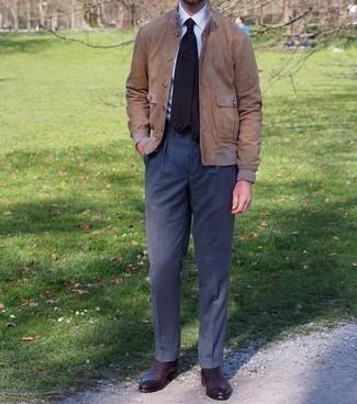 Comment porter un pantalon de costume gris foncé: Harmonise un blouson aviateur en daim marron clair avec un pantalon de costume gris foncé pour une silhouette classique et raffinée. Complète ce look avec une paire de bottines chelsea en cuir marron foncé.