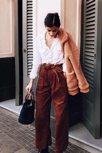Comment porter: blouson aviateur en polaire marron clair, chemise de ville blanche, pantalon large en velours côtelé tabac, bottines en cuir noires