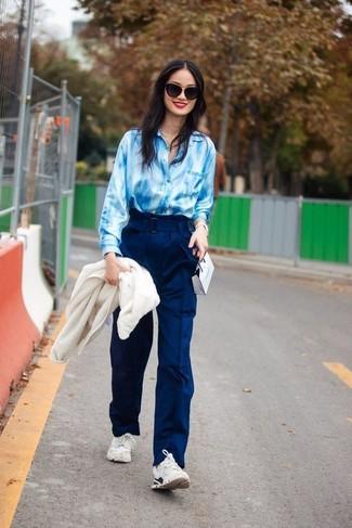 Comment porter: blouson aviateur en polaire blanc, chemise de ville imprimé tie-dye bleu clair, pantalon large bleu marine, chaussures de sport blanches