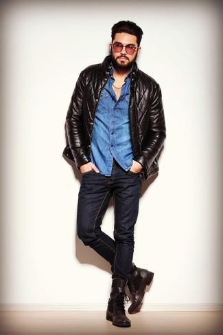 Comment porter: blouson aviateur en cuir matelassé noir, chemise en jean bleue, jean skinny noir, bottes de loisirs en cuir marron foncé