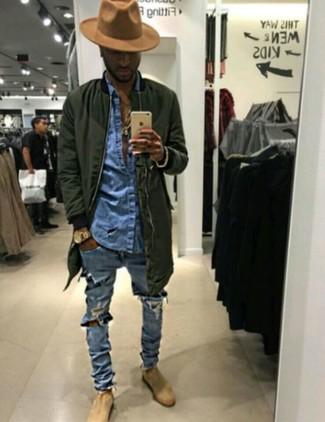 Pense à marier une chemise en jean avec un jean skinny déchiré bleu clair pour un look idéal le week-end. Une paire de des bottines chelsea en daim beiges apportera une esthétique classique à l'ensemble.