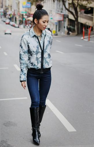 Essaie de marier un blouson aviateur à fleurs bleu marine et blanc avec un collier argenté pour une impression décontractée. Une paire de des bottes hauteur genou en cuir noires ajoutera de l'élégance à un look simple.
