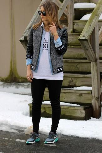 Comment porter: blouson aviateur en laine gris, chemise en jean bleu clair, t-shirt à col rond imprimé blanc et noir, pantalon de jogging noir