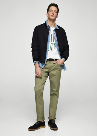Comment porter: blouson aviateur en daim noir, chemise en jean bleu clair, t-shirt à col rond imprimé blanc, pantalon chino olive