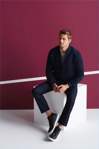 Comment porter: blouson aviateur en laine bleu marine, chemise en jean bleu clair, t-shirt à col rond blanc, pantalon chino bleu marine