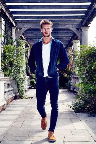 La polyvalence d'une chemise en jean et d'un jean skinny bleu marine en fait des pièces de valeur sûre. Une paire de des chaussures derby en daim brunes rendra élégant même le plus décontracté des looks.