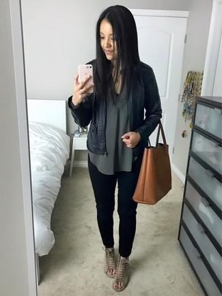 Comment porter: blouson aviateur en cuir noir, chemisier à manches longues vert foncé, jean skinny noir, sandales à talons en daim grises