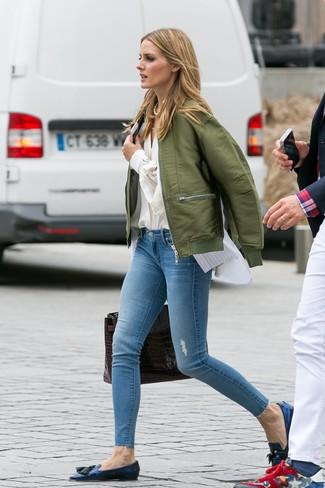 Comment porter: blouson aviateur olive, chemisier boutonné beige, chemise boutonnée sans manches à rayures verticales blanche, jean skinny déchiré bleu clair