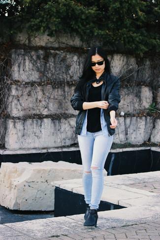 Comment porter: blouson aviateur en cuir noir, débardeur noir, chemise boutonnée sans manches bleu clair, jean skinny déchiré bleu clair