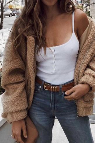 Comment porter: blouson aviateur en polaire marron clair, débardeur blanc, jean bleu, sac bandoulière en cuir marron