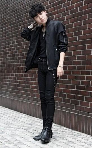 Comment porter une ceinture en toile noire: Essaie de marier un blouson aviateur noir avec une ceinture en toile noire pour une tenue idéale le week-end. Rehausse cet ensemble avec une paire de des bottines chelsea en cuir noires.