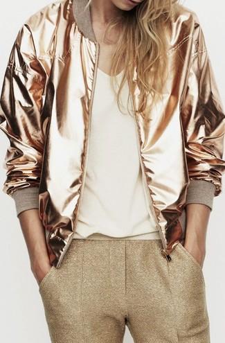 Comment porter: blouson aviateur doré, t-shirt à col en v blanc, pantalon slim doré