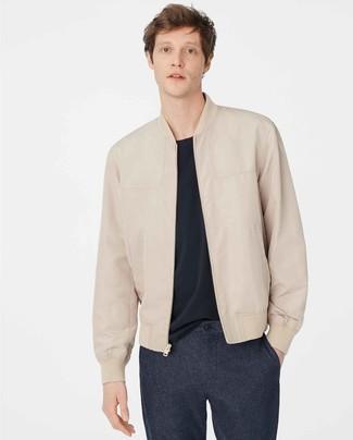 Comment porter: blouson aviateur en cuir beige, t-shirt à col rond bleu marine, pantalon chino en laine bleu marine
