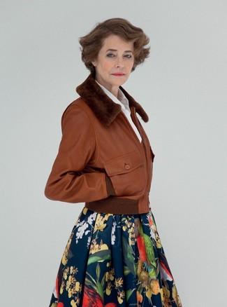 Comment porter: blouson aviateur en cuir marron, chemise de ville blanche, jupe évasée à fleurs bleu marine