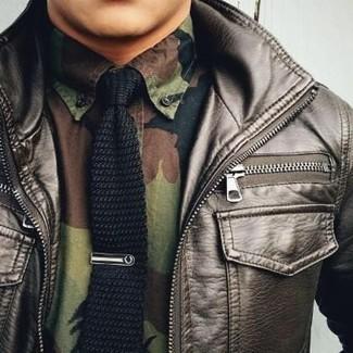 Comment porter: blouson aviateur en cuir marron foncé, chemise à manches longues camouflage olive, cravate en tricot noire