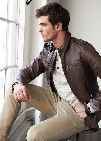 Comment porter: blouson aviateur en cuir marron foncé, pull à col boutonné beige, pantalon chino marron clair
