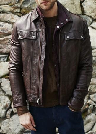 Comment porter: blouson aviateur en cuir marron foncé, pull à col rond marron foncé, jean bleu marine