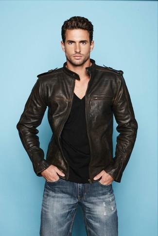 Comment porter: blouson aviateur en cuir marron foncé, t-shirt à col en v noir, jean bleu