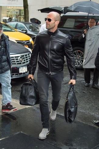 Comment porter: blouson aviateur en cuir noir, jean noir, bottines chelsea en daim grises