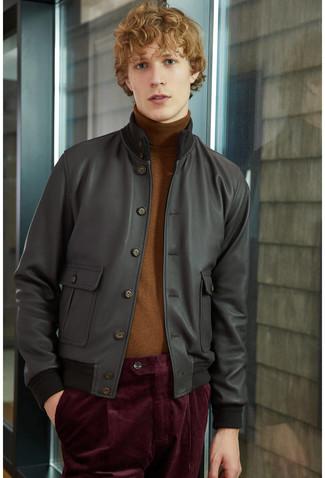 Comment porter: blouson aviateur en cuir noir, pull à col roulé marron, pantalon chino en velours côtelé bordeaux