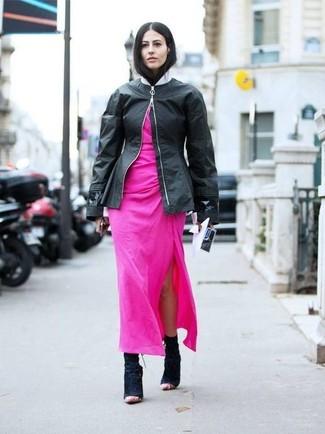 Comment porter: blouson aviateur en cuir noir, robe longue fuchsia, bottines en daim noires
