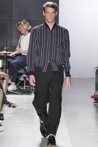 Comment porter: blouson aviateur en laine à rayures verticales bleu marine, pantalon chino noir, chaussures derby en cuir noires