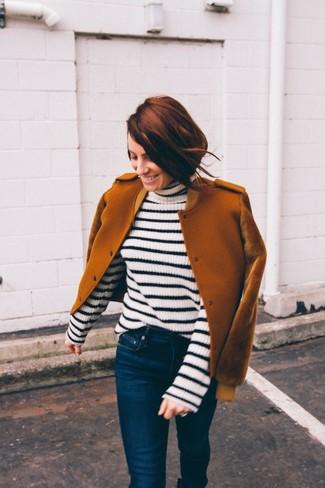 Comment porter: blouson aviateur en laine tabac, pull à col roulé à rayures horizontales blanc et noir, jean skinny bleu marine