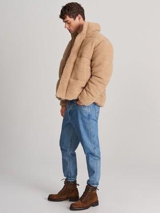 Comment porter des bottes de loisirs en daim marron: Choisis un blouson aviateur en polaire marron clair et un jean bleu pour un déjeuner le dimanche entre amis. Jouez la carte classique pour les chaussures et termine ce look avec une paire de des bottes de loisirs en daim marron.