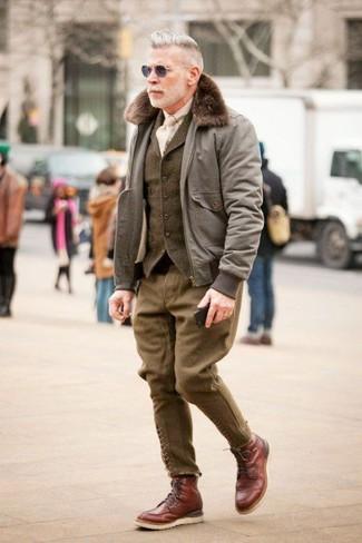 Comment porter: blouson aviateur gris, gilet en laine olive, chemise à manches longues beige, pantalon de costume en laine olive