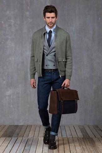 Comment porter: blouson aviateur en laine gris, gilet en laine gris, chemise de ville bleu clair, jean bleu marine