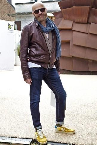 Comment porter un t-shirt à col rond avec un jean: Associe un t-shirt à col rond avec un jean pour une tenue idéale le week-end. Une paire de des baskets basses en cuir jaunes s'intégrera de manière fluide à une grande variété de tenues.
