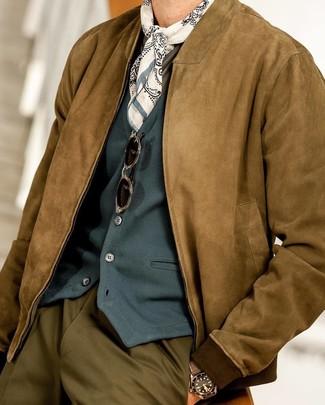 Comment porter: blouson aviateur en daim marron, gilet bleu canard, t-shirt à manche longue olive, pantalon de costume olive