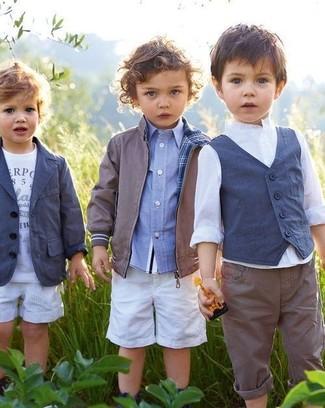 Comment porter: blouson aviateur gris, chemise à manches longues bleu clair, short blanc