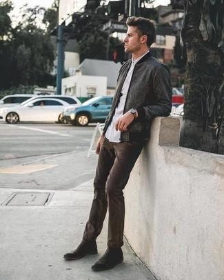 Comment porter: blouson aviateur en laine gris foncé, chemise à manches longues blanche, jean marron foncé, bottines chelsea en cuir noires